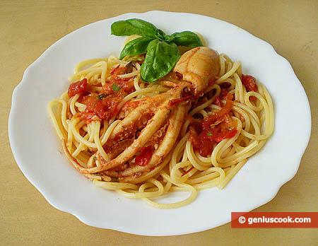 Готовое блюдо с осьминогами и спагетти