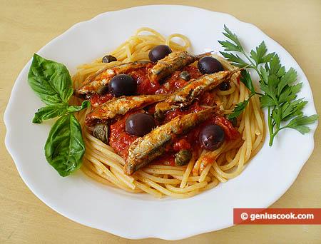 Спагетти с анчоусами и оливками