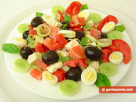 Салат из форели с маслинами