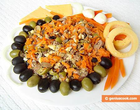 Салат с куриной печенью, сыром и оливками