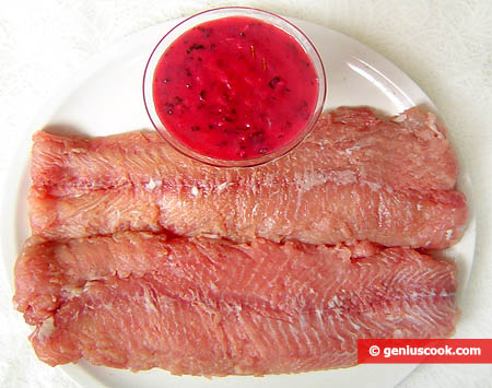 Филе сома и готовый клюквенный соус