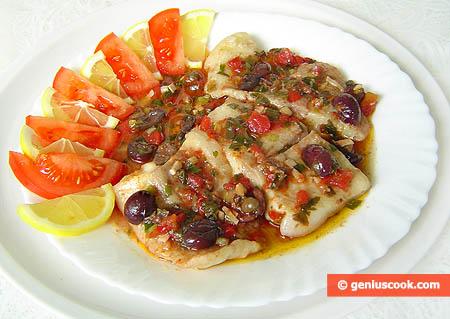 Филе окуня тушеное в соусе с оливками и каперсами