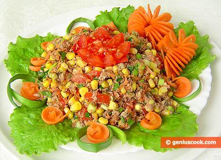 Готовый салат с тунцом, морковью и помидорами