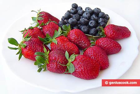 Ингредиенты для клубнично-черничного десерта