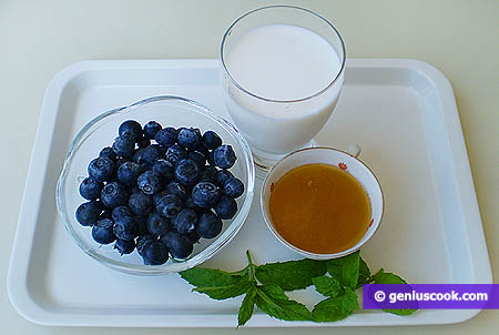 Ингредиенты для молочно-черничного коктейля.