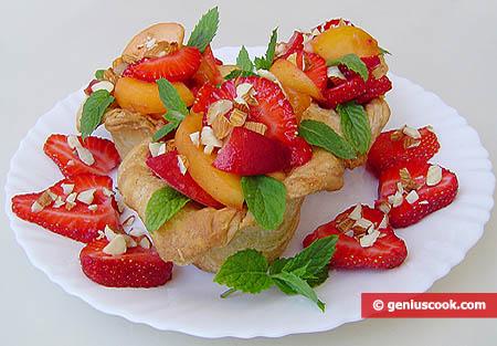 Слоёные корзиночки с фруктами, мёдом и орехами