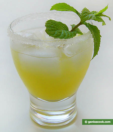 Мартини с ананасовым соком и льдом.  Готовый коктейль с мартини.
