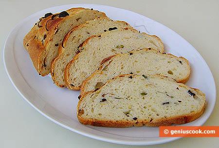 Ломтики свежего хлеба с оливками и луком