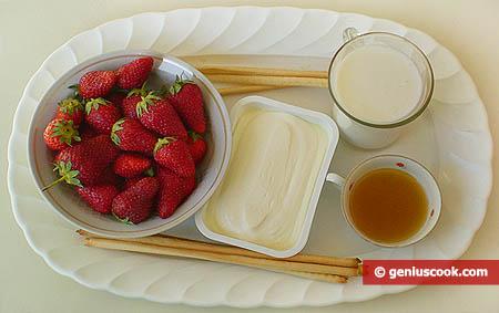 Ингредиенты для крема из творога и клубники с мёдом