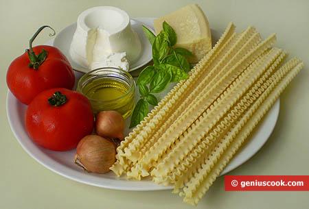 Ингредиенты для итальянской пасты мафалде с рикоттой и помидорами