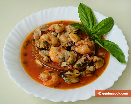 Суп из моллюсков и креветок с сухарями
