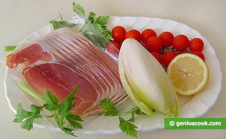 Ингредиенты для закуски с эндивием, ветчиной и помидорами черри