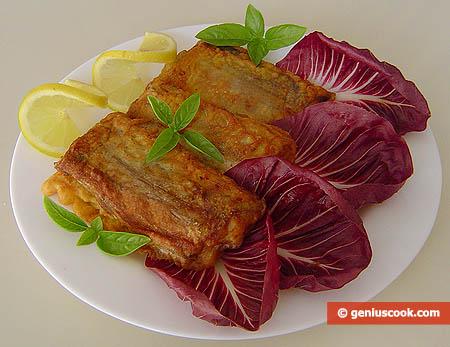 Рыба-сабля жареная в кляре с лимоном и салатом радиккьо