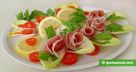 Закуска с эндивием, ветчиной и помидорами