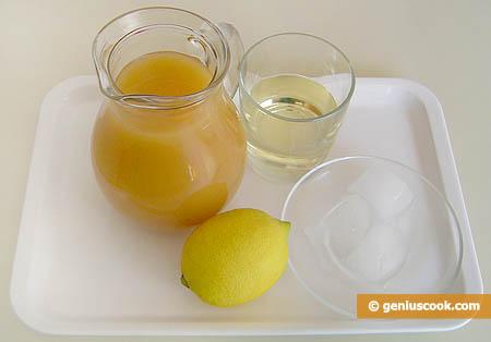 Ингредиенты для коктейля с мартини и соком персика