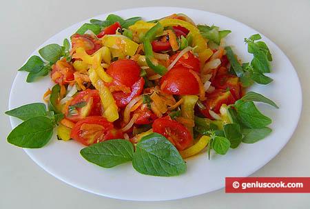 Салат с помидорами черри, сладким перцем и свежим оригано
