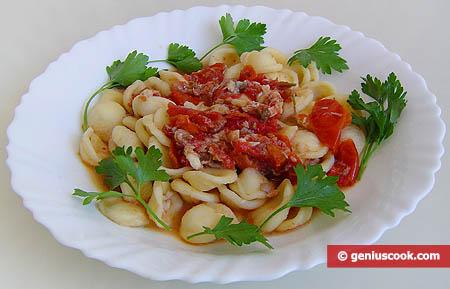 Орекьетте с соусом из морской курицы, креветок и помидоров