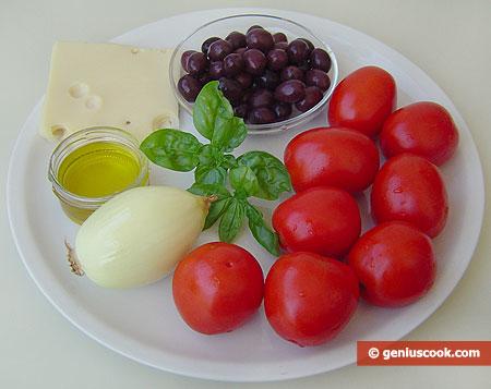Ингредиенты для салата с помидорами, оливками, сыром и базиликом