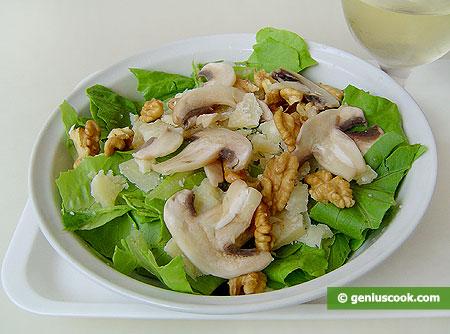 Салат с романа, сырыми шампиньонами, грецкими орехами и сыром Пармезан