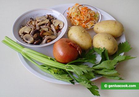 Ингредиенты для салата с капустой, картофелем, грибами и сельдереем