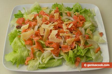 Салат Айсберг с сыром и лососем