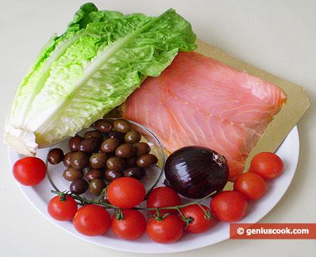 Ингредиенты для салата с сёмгой, помидорами, луком и оливками