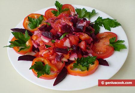 Готовый салат со свеклой, капустой, помидорами и перцем
