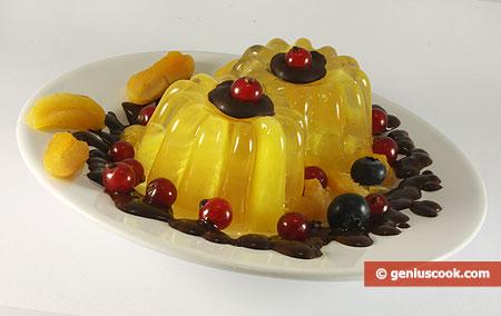 Ананасовое желе с шоколадом, курагой и ягодами