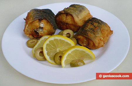 Блюдо с жареным угрём, лимоном и оливками
