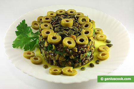 Салат с баклажанами гриль, оливками и тыквенными семечками