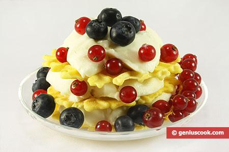 Готовый десерт с кремом и ягодами