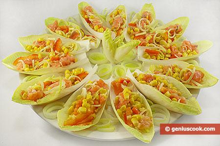 Салат с сёмгой, кукурузой и пореем на листьях эндивия