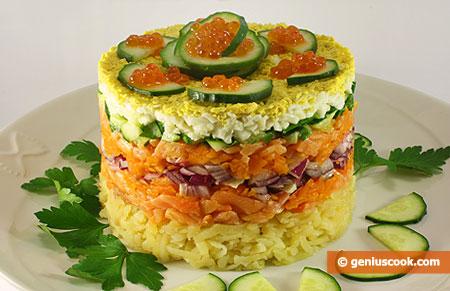 Слоёный салат с лососем и красной икрой