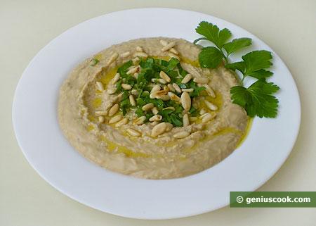 Хумус с кедровыми орешками и зеленью