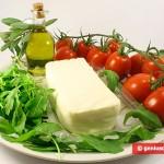 Ингредиенты для салата с рукколой, помидорами, моцареллой