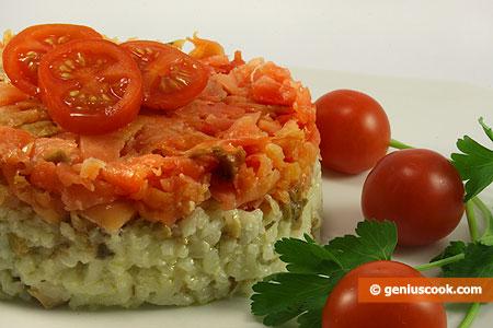 Рисовый салат с копчёным лососем