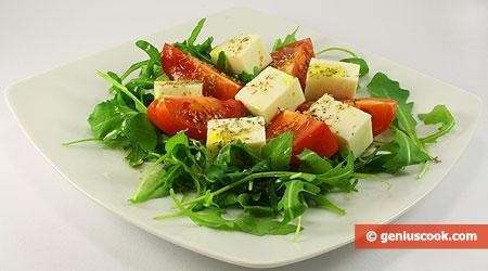 Салат с моцареллой, рукколой, помидорами