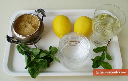 Ингредиенты для коктейля с мартини, лимоном и мятой