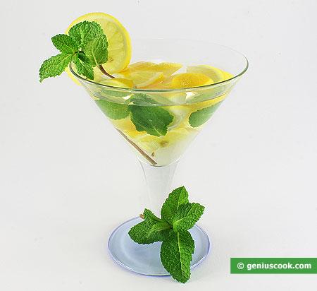 Коктейль с мартини бьянко, лимоном и мятой