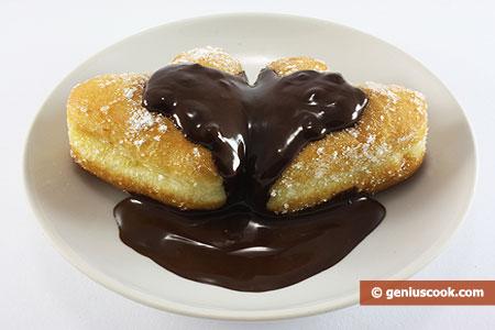 Пончики политые шоколадом