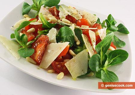 Салат с валерианой, помидорами и сыром