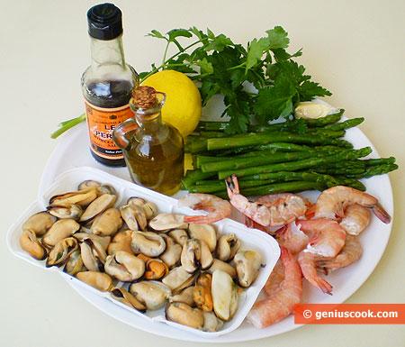 Ингредиенты для жаркого из морепродуктов и спаржи