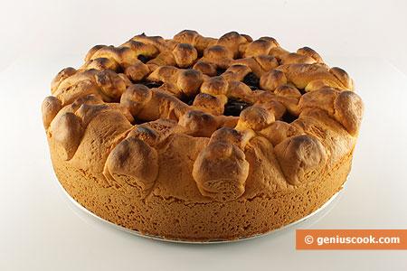 Готовый пирог с яблоками и черносливом