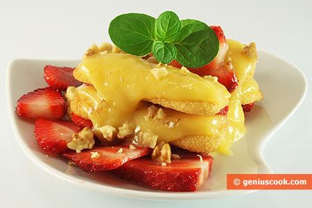 Десерт с клубникой, печеньем и лимонным кремом