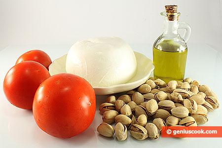 Ингредиенты для закуски с моцареллой, фисташками и помидорами