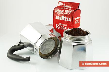 Кофе насыпан в чашечку фильтра