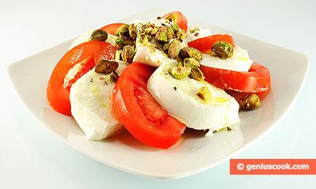 Моцарелла ди буфала с помидорами и фисташками