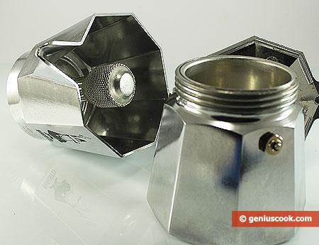 В нижнюю часть налита вода до уровня клапана и вставлен фильтр