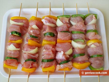 Сырое куриное филе на шпажках с овощами