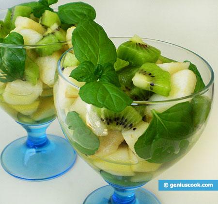 Салат с грушами, киви, мятой и кленовым сиропом